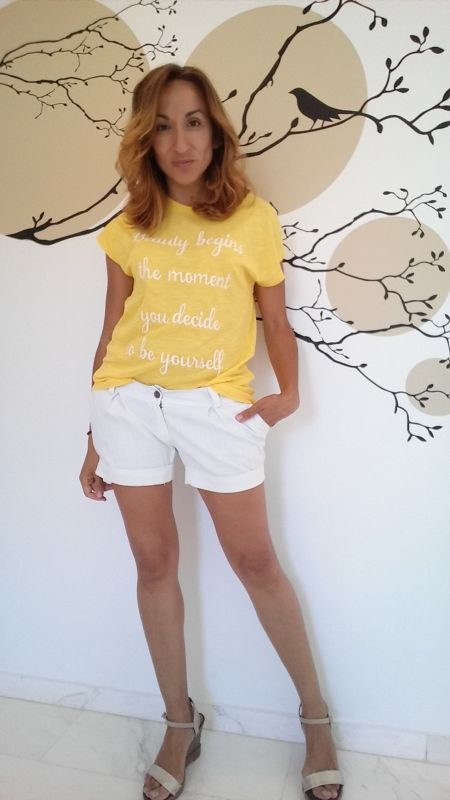 Camiseta amarilla con mensaje