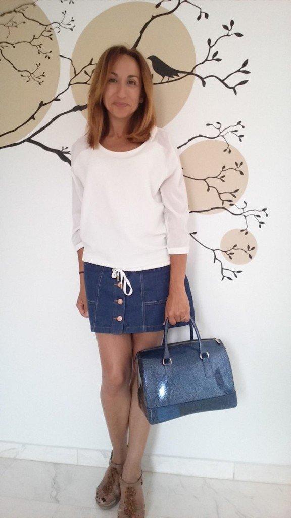 Falda vaquera y bolso azul