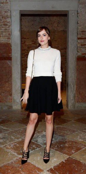 Dakota Johnson blusa y falda